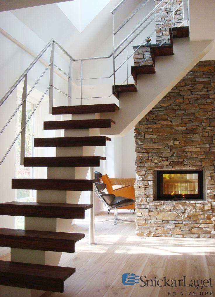 Trappa Balk med steg i oljad valnöt och vitmålad balk. Räcke 2 i rostfritt stål.  #trappa #balk #balktrappa #valnöt #walnut #stair #livingroom #inspo #inspiration #fireplace #rostfritt #steel