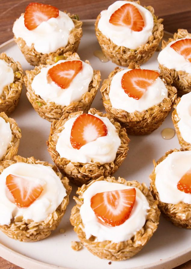 Een gezonde ontbijthap! Dit heb je nodig 315 gram havermout 40 gram kokosnootschilfers 35 gram noten naar keuze, fijngehakt 60 ml olijfolie 160 ml honing snuifje zout en kaneel 3 eiwitten yoghurt naar keuze fruit naar keuze bakvorm voor muffins/cupcakes Aan de slag Maak de granola-mengeling Meng de havermout, kokosschilfers, fijngehakte nootjes, het zout, kaneel, … Continued