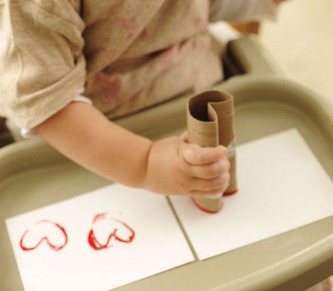 Carte cœur à réaliser par les tout-petits avec des rouleaux en carton.