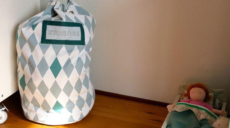 Handig! Lidy maakte deze plunjezak van stof Lars groen en stof Joanie lichtgroen. Lees op https://www.kwantum.nl/creatief-met-stoffen hoe ze dit deed. #stof #DIY #kwantum