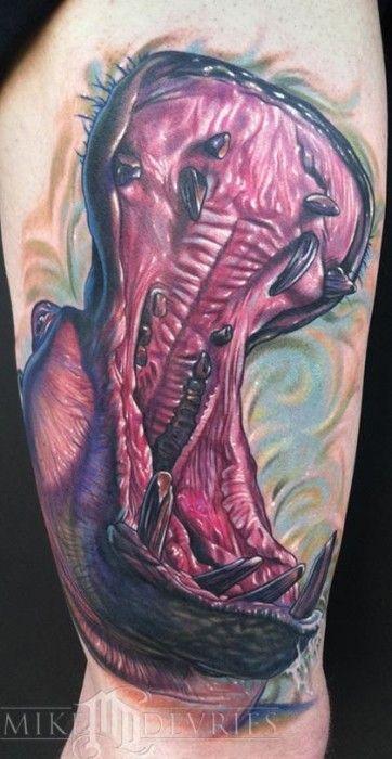 Tatuaje de un hipopótamo abriendo la boca