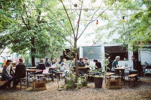 Biergarten im Prinzessinnengarten Berlin-Kreuzberg, hier wo Menschen stadtgärtnern...toll!