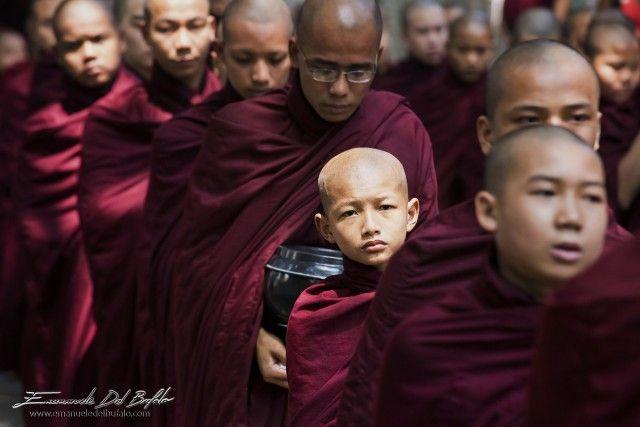 Monaci del monastero di Amarapura in fila per il pasto, Birmania. - Photo by Emanuele Del Bufalo (20)