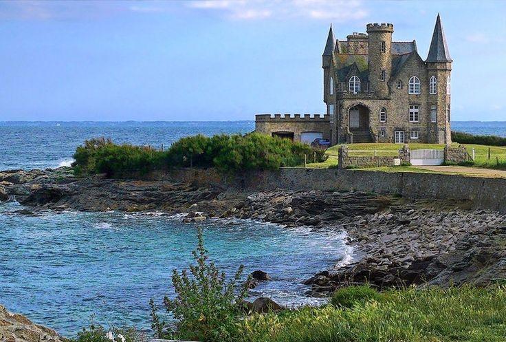 Un sentier permet de longer à pied toute la presqu'île de Quiberon pour y découvrir ses nuances : plages de sable fin à l'est, falaises rocheuses et mer agitée à l'ouest. On y trouve deux communes (Quiberon et Saint-Pierre-Quiberon) tournées vers la mer et le très joli château Turpault. Guide de voyage Morbihan : Quiberon <3