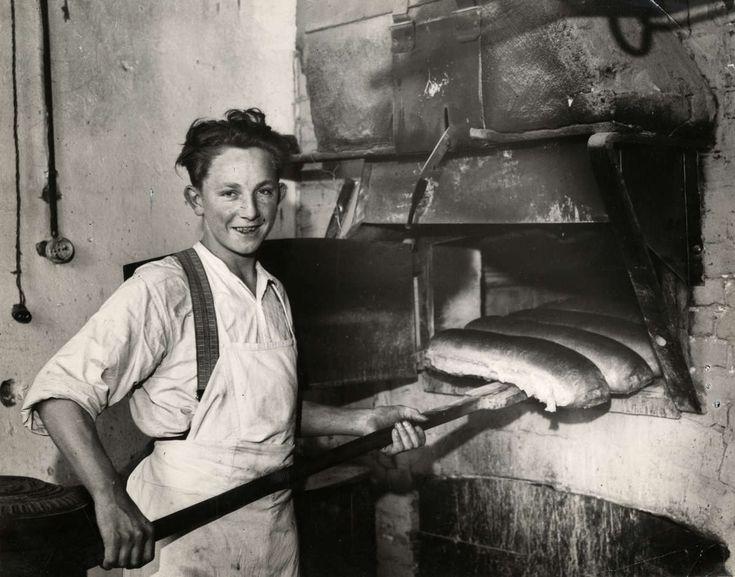 Bakkersknecht bij oven van bakkerij in Geffen, Noord-Brabant, Nederland, 1933.