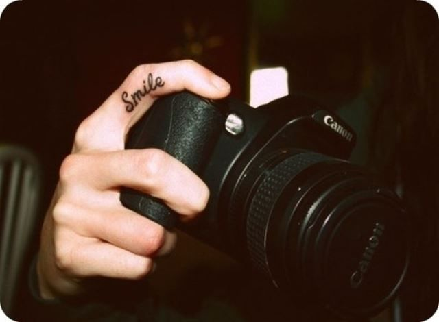 """""""Generalmente son símbolos, pequeñas figuras o frases que se tatuan, cada uno, sobre los dedos de la mano o en la parte interna de los mismos. """""""