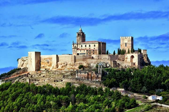 Para este próximo puente ven a Alcalá la Real y visita la Fortaleza de la Mota. Desde el miércoles 6 al domingo 10 de Diciembre puedes realizar un la visita con anfitrión a las 11:30h o la visita con anfitrión a la Ciudad Oculta a las 11:00h, 12:00h, 13:00h o 14:00h. Más información en el 953 102 868. Estos días son idóneos para conocer una de las ciudades medievales mejor conservadas de Andalucía. #tuhistoriaenotoño