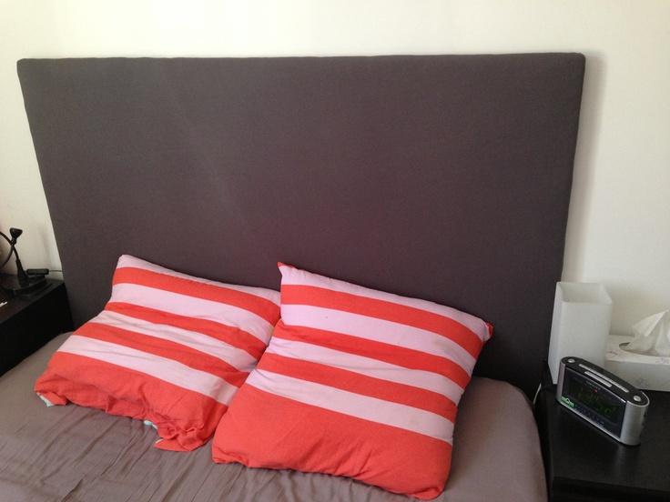 Tête de lit = planche + drap + couette + agrafeuse à bois !