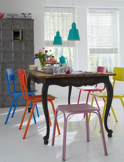Comedores informales con sillas de diferentes colores
