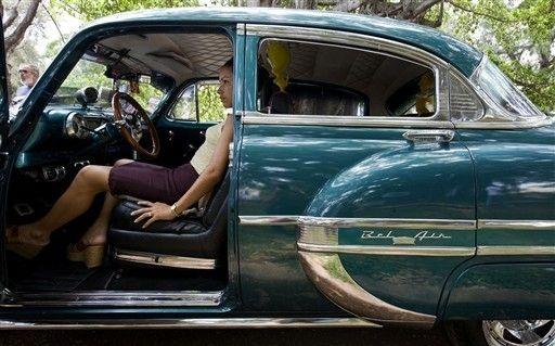 Stare samochody na ulicach Kuby - z galerii Klasyczne samochody na ulicach Kuby. Kubańscy automobiliści Na Kubie odbył sie czwarty Rajd starych samochodów. W rajdzie wzięło udział ponad 60 pojazdów z lat 1920 - 1960. Kuba słynie ze starych amerykańskich samochodów wciąż jeżdżących po jej ulicach. Na zdjęciu Chevrolet.