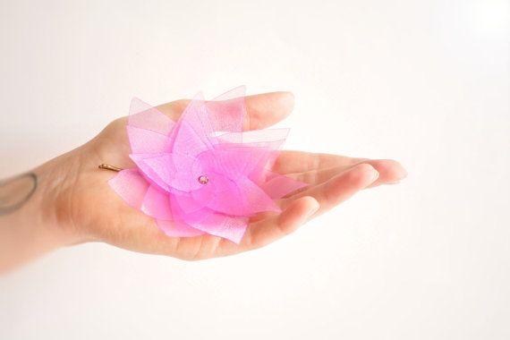 Mauve lotus organza flower hair clip with Swarovski par Joliejye, €19.90
