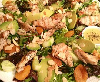 Salade met gegrilde kip, avocado en abrikozen - foodblogswap