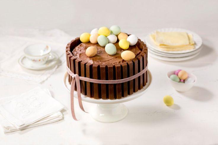 Kvikklunsjkake! Denne kaken imponerer! Kvikklunsj er godt året rundt, men selvskreven etter påskens uteaktiviteter. Med små påskeegg på toppen blir dette garantert høytidens hit.