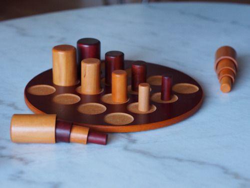Gobblet es un juego abstracto y muy sencillo, un juego de componentes de madera vistoso.  En el juego de Gobblet los jugadores toman turnos colocando piezas en un tablero de 4 x 4. El ganador es aquel que consiga colocar 4 piezas propias en línea recta (horizontal, vertical o diagonal).