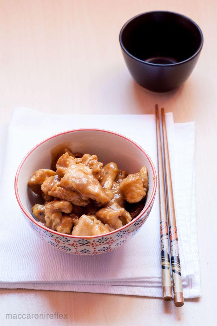 Il pollo alle mandorle è un piatto tipico della cucina cinese, molto comune nei ristoranti cinesi, a base di mandorle, salsa di soia e zenzero!
