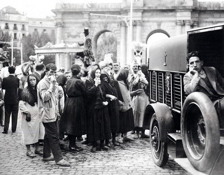 De Madrid al cielo: Álbum de fotografías y documentos históricos. - Urbanity.cc  Entierro víctimas del teatro Novedades.1928.(Alfonso)