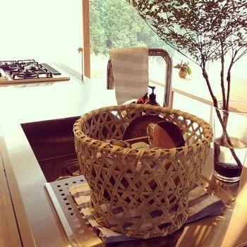無機質なキッチンにも、椀かごを水切りとして使えば、インテリアの印象を柔らかくしてくれます。