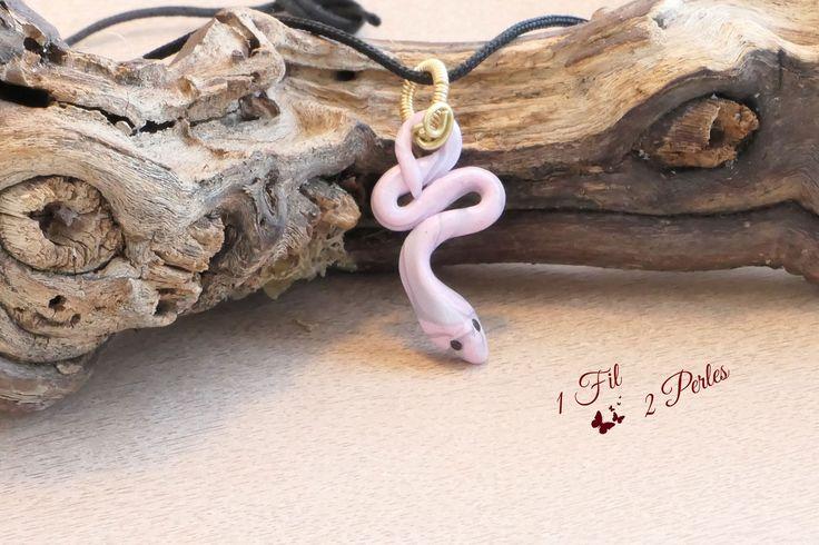 Collier Pendentif Serpent Rose et Gris Snake Lucky Petit Modèle - Porte Bonheur - Argile Polymère Fimo - Attache : Pendentif par 1-fil-2-perles