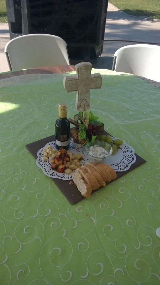 Centro de mesa comestible con queso , pan , uvas y vino.