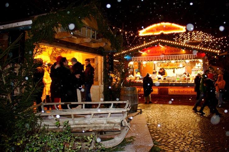Rund um den weihnachtlich dekorierten Brunnen am Weißenburger Platz reiht sich ein Stand neben dem anderen, mit Lichtern geschmückte Bäume umsäumen den Platz… Es duftet nach Rahmfleckerl, Reiberdatschi, Crêpes und  vielen weiteren weihnachtlichen Genüssen. Die Besucher aus Haidhausen und ganz München schlürfen Glühwein oder original Haidhauser Weihnachtsbier und drehen gemütlich ihre Runden um den Platz. #Muenchen