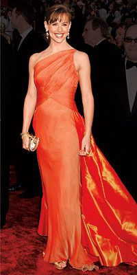 #JenniferGarner won raves for her vintage #Valentino gown's fit, train, and bold hue at the 2004 #AcademyAwards.  #Oscars