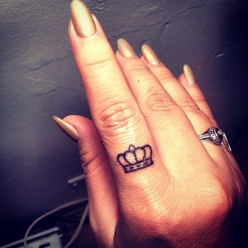 crown finger tattoo. i want this on my right ring finger!!! finally, a visual representation.