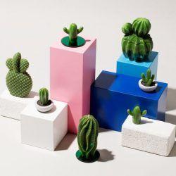Cette année, la tendance est aux « faux » cactus qui s'invitent sous forme d'objets déco comme des bougies, des vases ou encore des lampes.