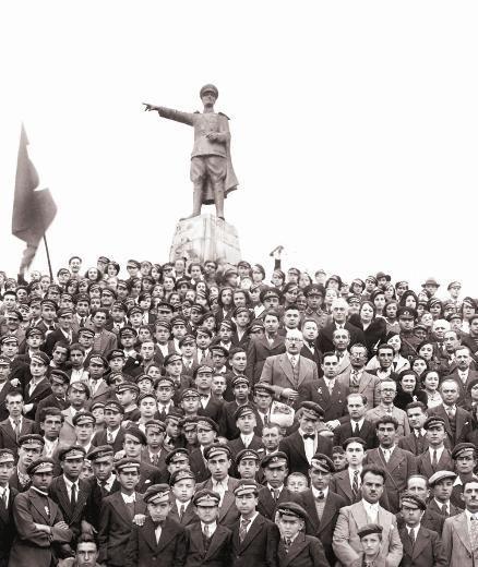 İzmit'te Cumhuriyet Bayramı kutlamaları... Öğrenciler, Atatürk heykeli çevresinde... 1930'lu yıllar.