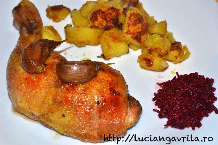 """Pulpe de pui la cuptor, cartofi """"țarănești"""", salată de sfeclă roșie cu hrean"""