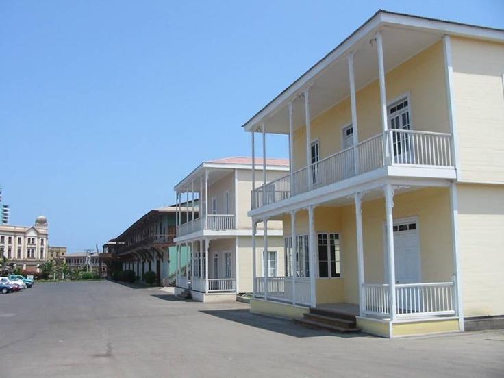 Antiguas casas ocupadas por los administradores ingleses y luego por los gerentes de área. Estaban ubicadas en calle San Martín desde donde fueron trasladadas el año 2005