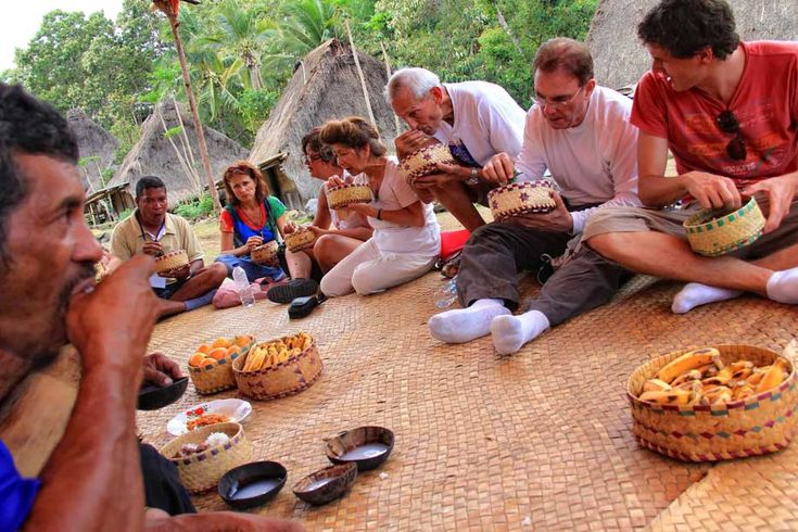 Plain rice, cooked meat, vegetables, side dish including the chili paste, were offered to symbolize friendliness and prosperity. The overjoyed visitors almost did not expect such hospitality. Belaraghi was one of their best moments in Flores.