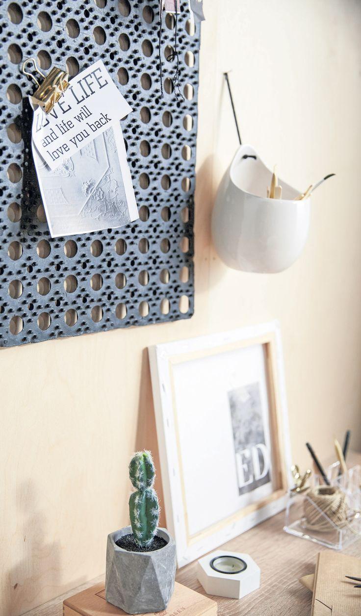 AGGERSBORG skrivebord, HVIDPIL dørmatte, VILHEM blomsterpotte, kreative løsninger, detaljer | Casual Contrast | Skandinaviske hjem, nordisk design, Skandinavisk design, nordiske hjem, interiørdesign, innredning, stue, multifunksjonelle rom | JYSK