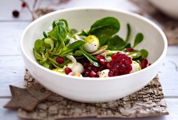 Unser beliebtes Rezept für Feldsalat mit Mozzarella, Granatapfel und Basilikum-Vinaigrette und mehr als 55.000 weitere kostenlose Rezepte auf LECKER.de.