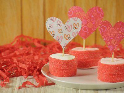 Receta de Bombones para San Valentín | Si este año quieres regalarles a las personas que más quieres un bonito y sabroso detalle, te presentamos el paso a paso de cómo hacer unos bombones para San Valentín. Son unos bombones decorados con un bonito corazón de papel. ¡Son deliciosos y muy hermosos!