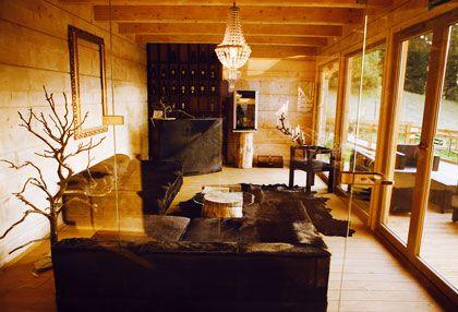 Surowe drewno, szkło i cudowny żyrandol w No Name Luxury Hotel & SPA. http://www.eskapista.com/pl/polska/hotele/no-name-luxury-hotel-spa