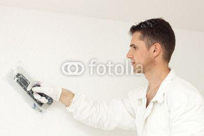 Mann verputzt die Wand