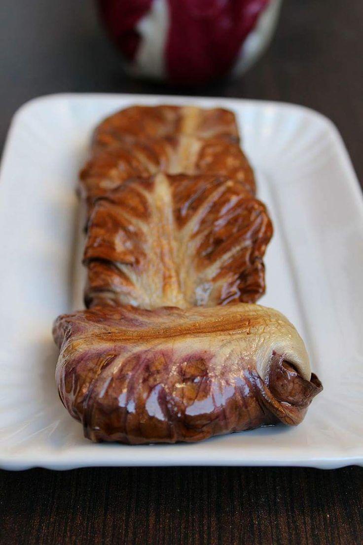 Involtini di radicchio ripieni con carne sono un secondo piatto ideale per questa stagione. Il radicchio, tipico ortaggio invernale
