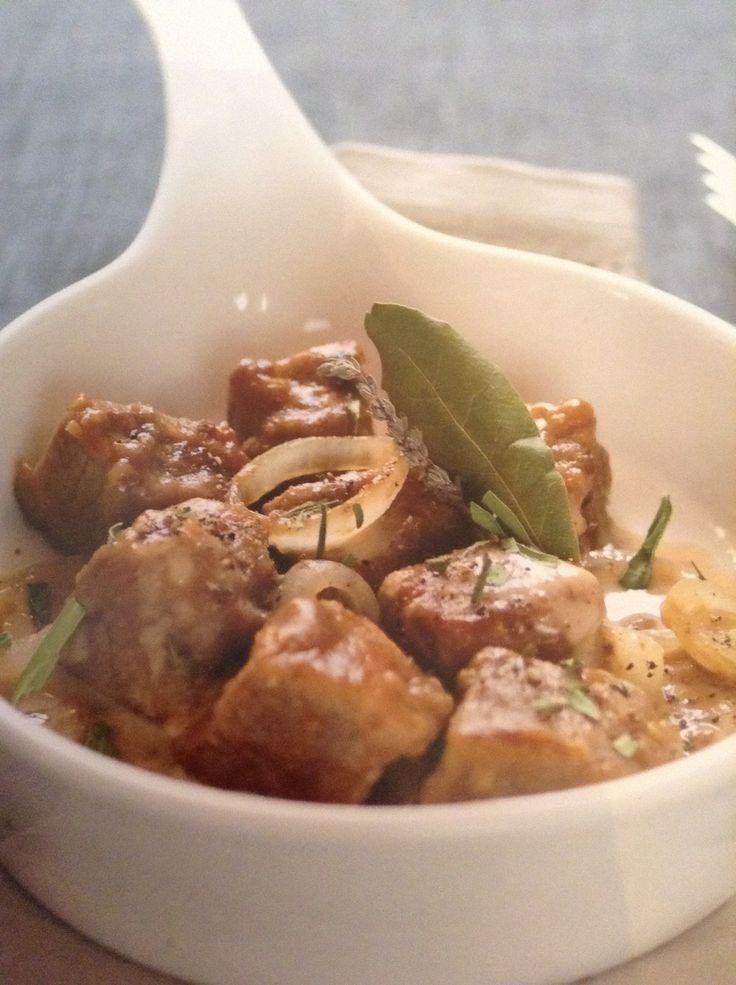 Kalfsvlees met ui - Na 45 minuten te hebben gesudderd is dit vlees lekker mals en vol van smaak. Door de ui wordt de smaak versterkt en een beetje zoeter...