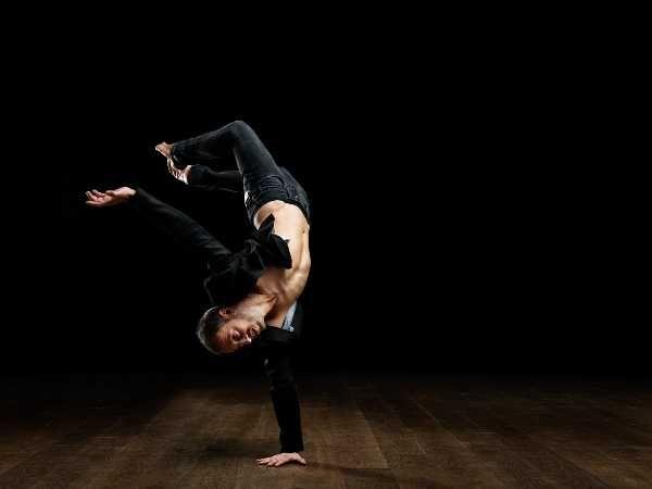 Rivolto a Danzatori, Attori, Acrobati e a tutti coloro che desiderino approfondire questo tipo di linguaggio fisico.Il Processo Didattico è frutto di una personale sperimentazione e contaminazione de