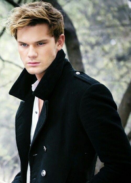 Jeremy Irvine  is perdiz willux from pure book for me  gorcheous,for you everything haha ☺