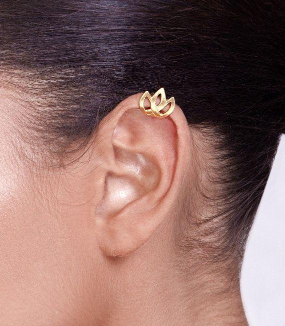 Eine besondere und empfindliche Ohr-Manschette, inspiriert von keltischen Designs in Form einer Tulpe. Es besteht aus 18 k gold plattiert-Sterlingsilber und erfordert kein Loch im Ohr. Es hat eine schöne Matte Oberfläche. Sie können gelb \ stieg Vergoldung.  Sie legte ihn auf vom unteren Rand der Klappe Ihres Ohrs schieben, bis die Position erreicht er sitzen soll. Es kann slighty angepasst fest am Ohr.  Seine Breite beträgt 0,5 Zoll (1,3 cm). Die Höhe des Teils, der auf das Ohr zu sehen…
