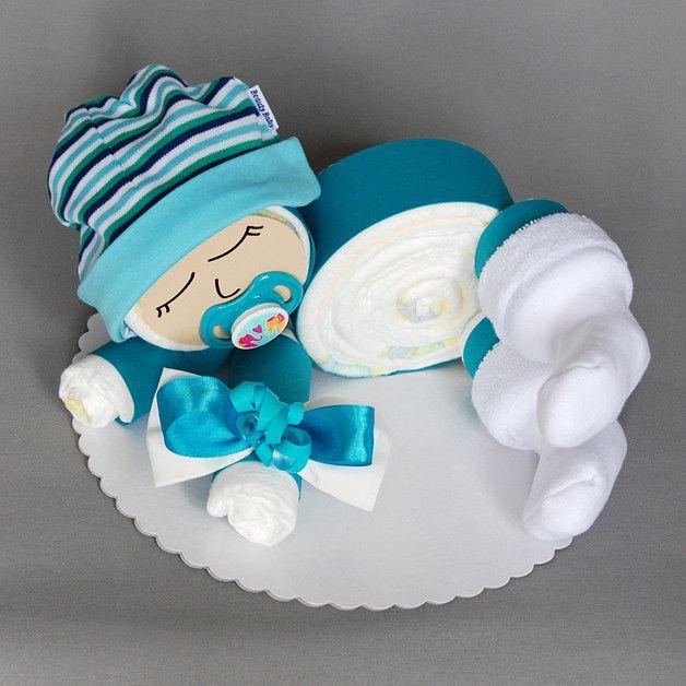 Süßes Windelbaby in petrol-blau - 12 Windeln der Marke Pampers Premium Protection New Baby (Größe 2, 3-6 kg) - Babyaccessoires: Schnuller, Erstlingssöckchen, Erstlingsmütze - Deko: Diverse...