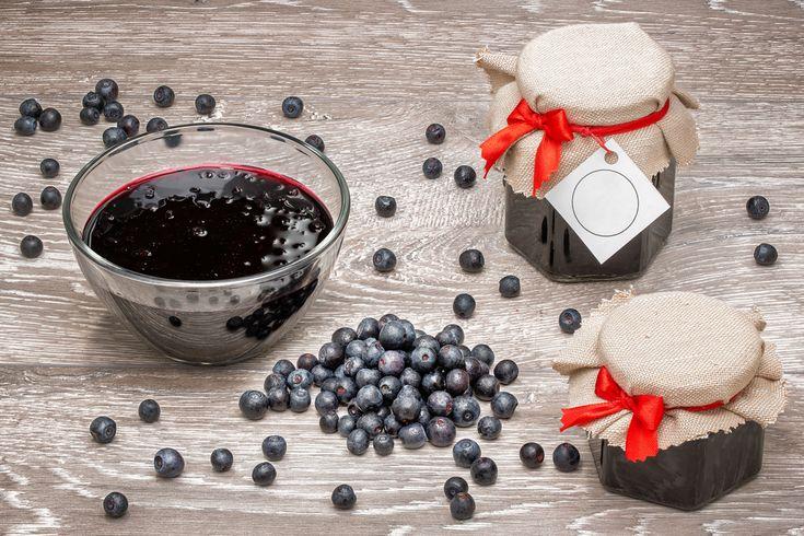 Zelf jam maken is niet alleen heel lekker maar ook erg makkelijk. Hou zelf de controle over de hoeveelheid suiker in dit recept voor blauwe bessen jam.
