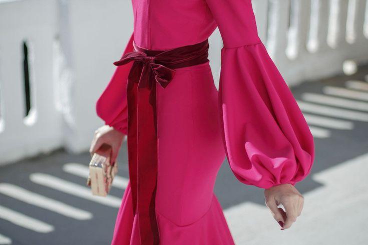 Propuesta de look de invitada para bodas de tarde o noche con vestido largo fucsia de Cho Atelier. Sus mangas globo son una verdadera maravilla y combinan a la perfección con la falda de volantes. …