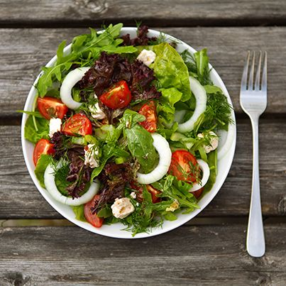 HERVIKs ROSA SALATDRESSING - gjør seg ekstra godt til grønne salater, gjerne med hele blader dandert utover et fat  1 ss balsamicoeddik 3 ss olivenolje 1 ss dijonsennep 1 ss Hervik Bringebærsaft 1 ss Hervik Tranebærsaft 1 ss fløte 1 ts salt Grovkvernet pepper tilsettes etter smak  Bland alt sammen og risle over salaten. Vel bekomme.