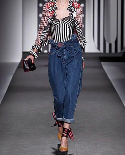 glossario-fashion-calca_clochard   Calça famosa na década de 80 e 90, que tem a mesma modelagem daquela que atualmente conhecemos como carrot, cintura alta e marcada, quadril amplo e pernas afuniladas. A palavra significa mendigo em francês.