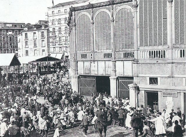Junio de 1914. Disturbios en el mercado de la Cebada por la subida del precio del pan. | Flickr: Intercambio de fotos Madrid