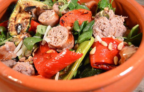 BBQ Salade met gegrilde groenten en gegrilde worst. #barbecue #zomer