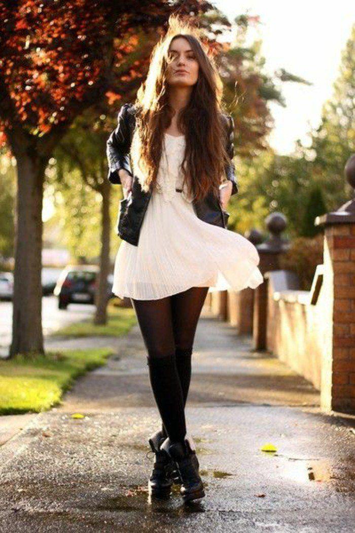 une tenue inspirée du style rock, une robe féminine transformée par les jambières noires, les bottines en cuir et la veste en cuir