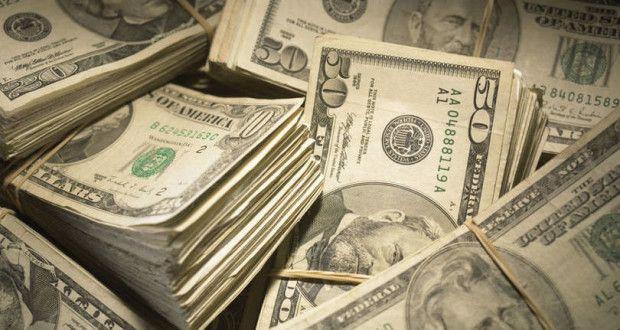 São Paulo - O dólar saltava mais de 2 por cento sobre o real nesta segunda-feira, primeira sessão do...